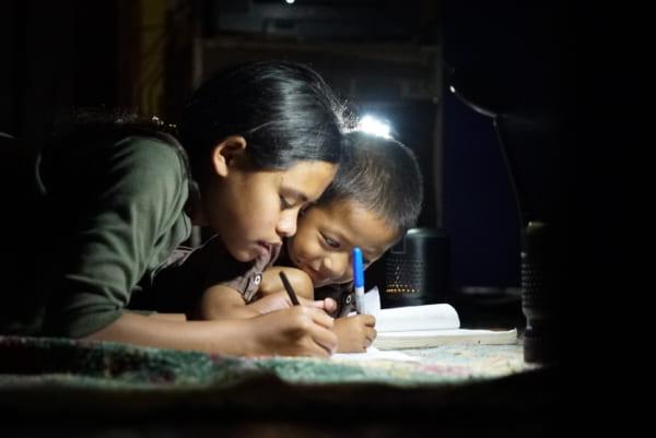 食用油で途上国の暗がりを照らす効率的なLEDランプ「Lumir K」