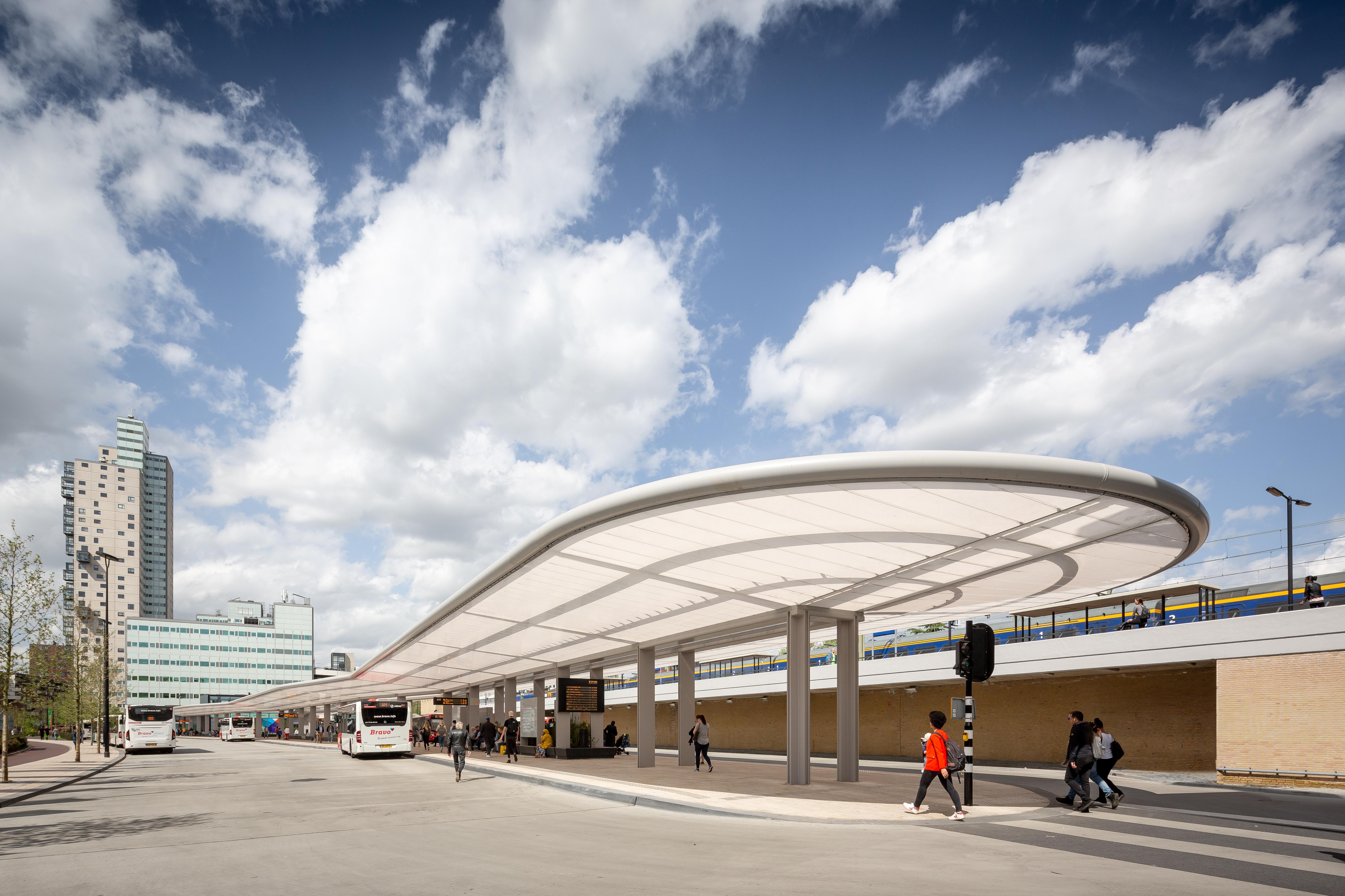 オランダ初の100%自給自足バスターミナルが誕生「Cepezed」