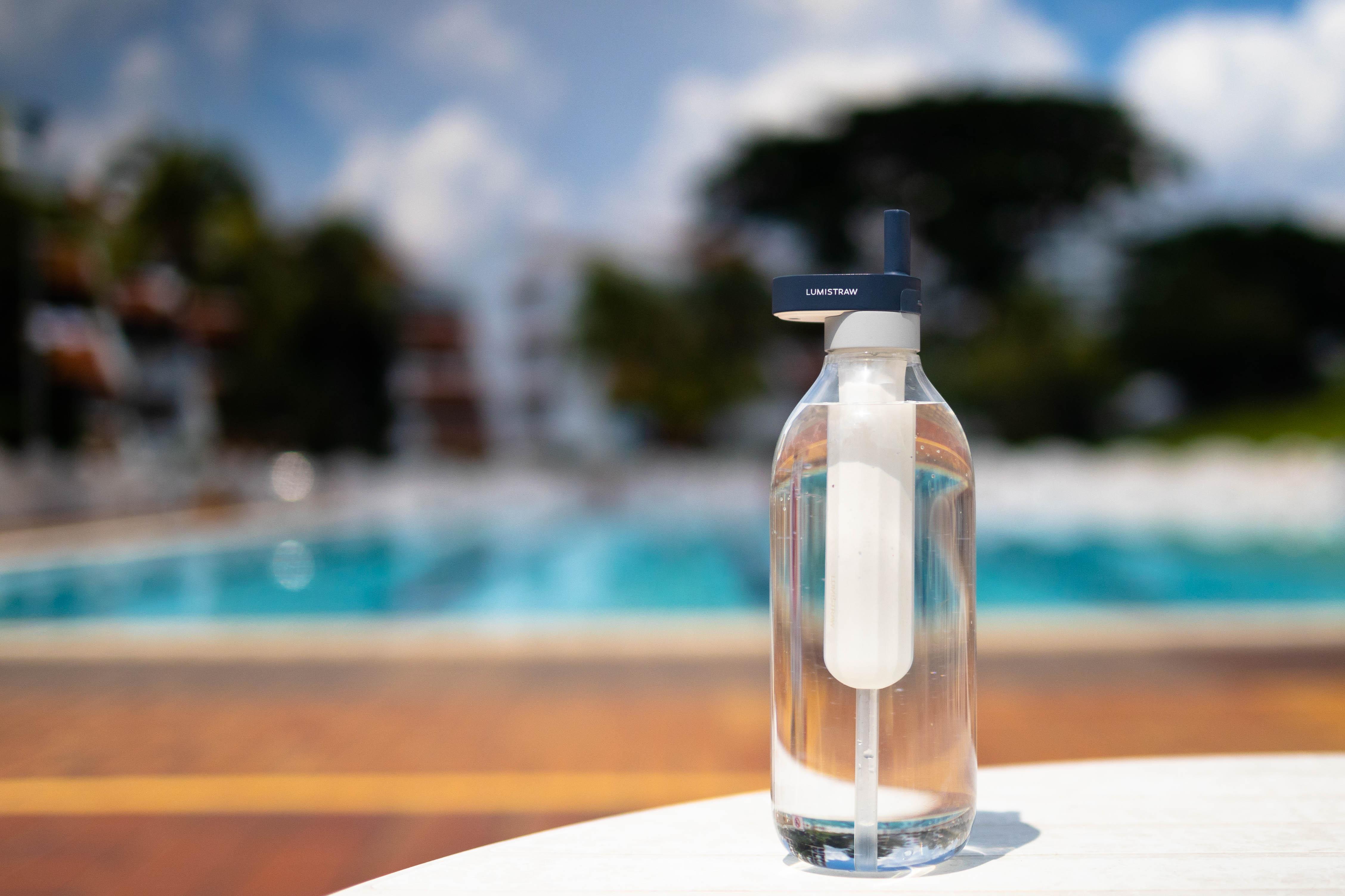 ボタン一つで水を浄化する再利用可能なストロー「LUMISTRAW」