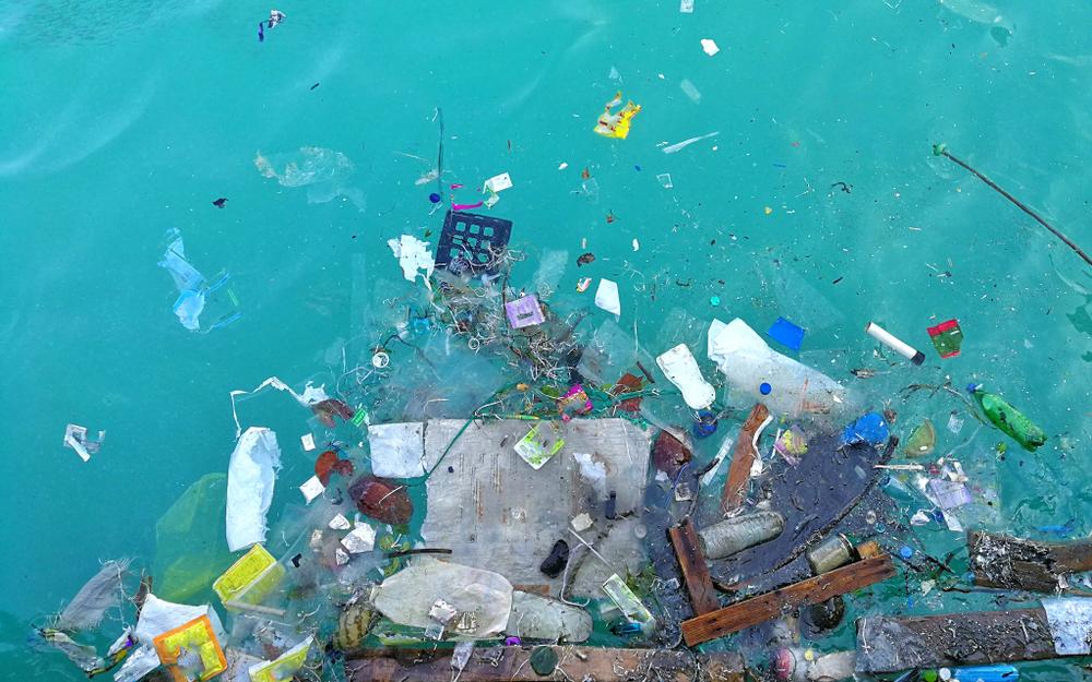 海に浮かぶプラスチックごみ