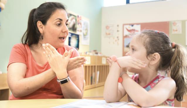 手話で話す先生と女の子