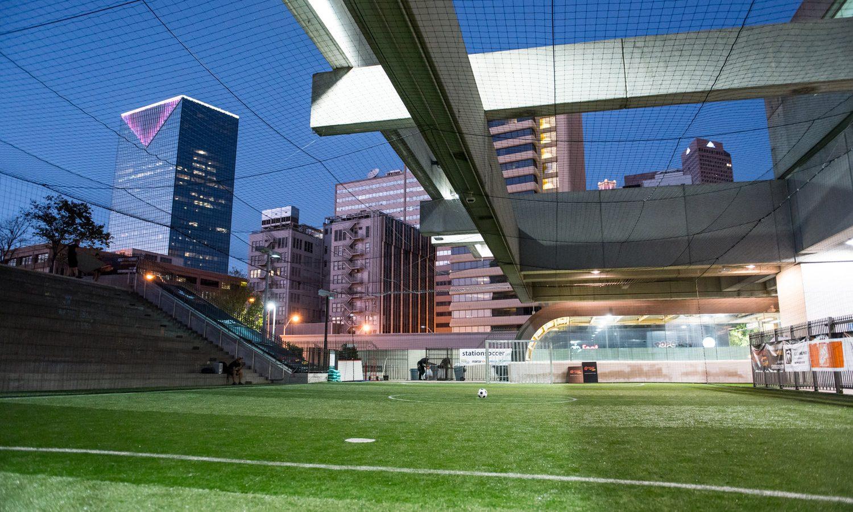 非行よりもサッカーを。アトランタに世界初となる駅ナカサッカー場が誕生