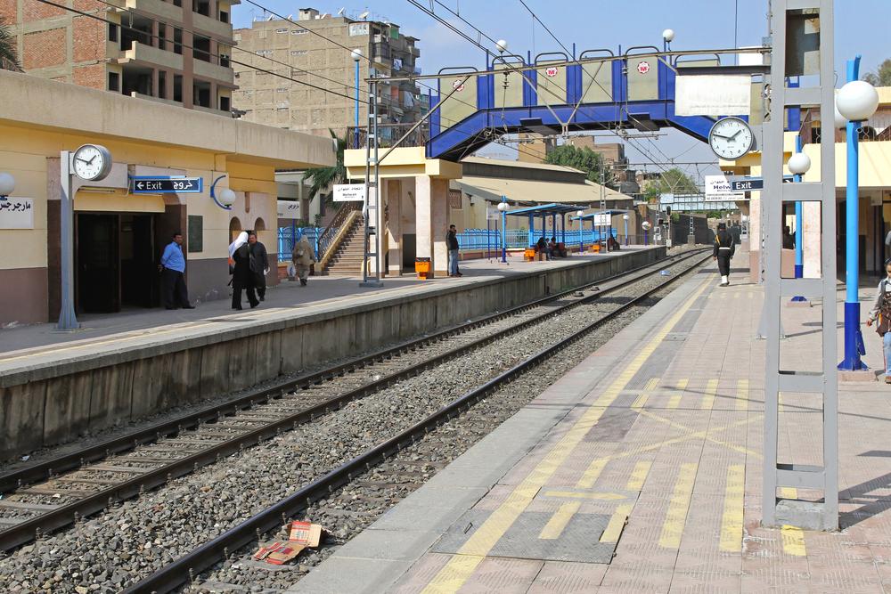 カイロ駅に流れる、電車の待ち時間に誰もが学べるラジオ