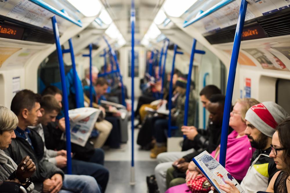 見えないハンディキャップを抱えた人でも席を譲ってもらえる青バッジ