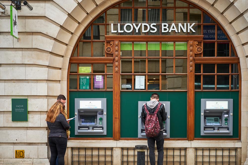 イギリス・ロイズ銀行がARで聴覚障がい者の顧客をサポートするアプリ「Signly」