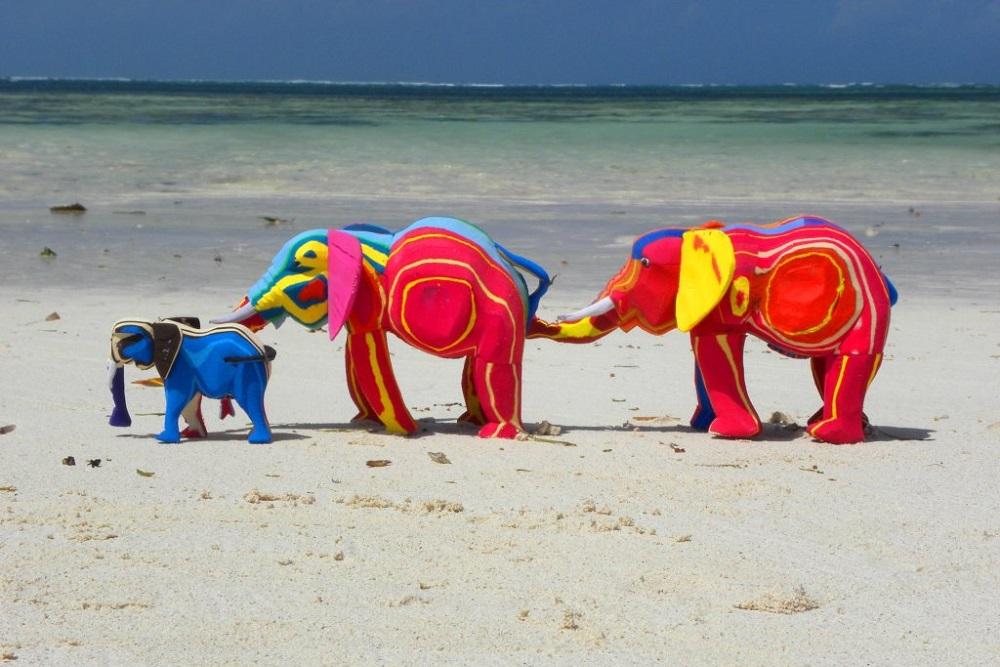 廃棄サンダルをアート作品に。海を救い、雇用を生み出す「Ocean Sole」