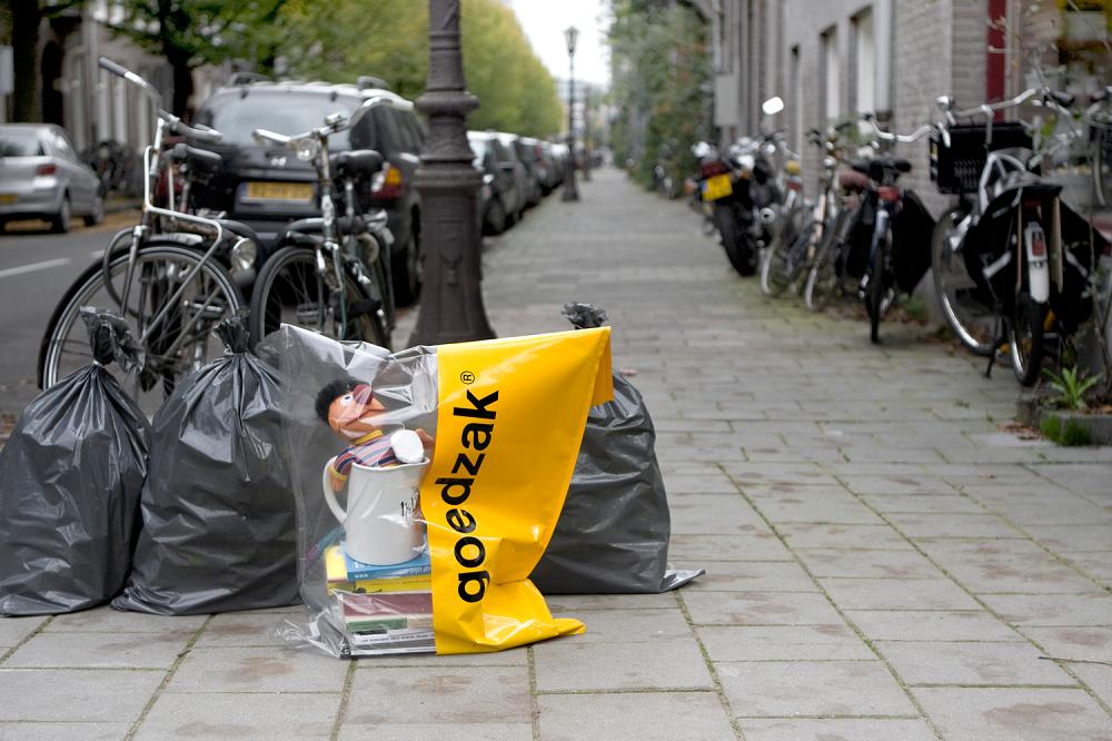 ゴミを出す感覚で道端でリサイクルできるポリ袋「Goedzaq」