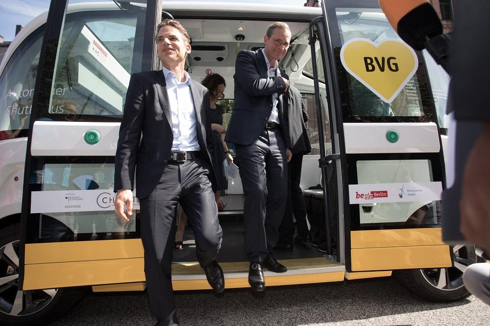 大学キャンパスを走る無人電気バス