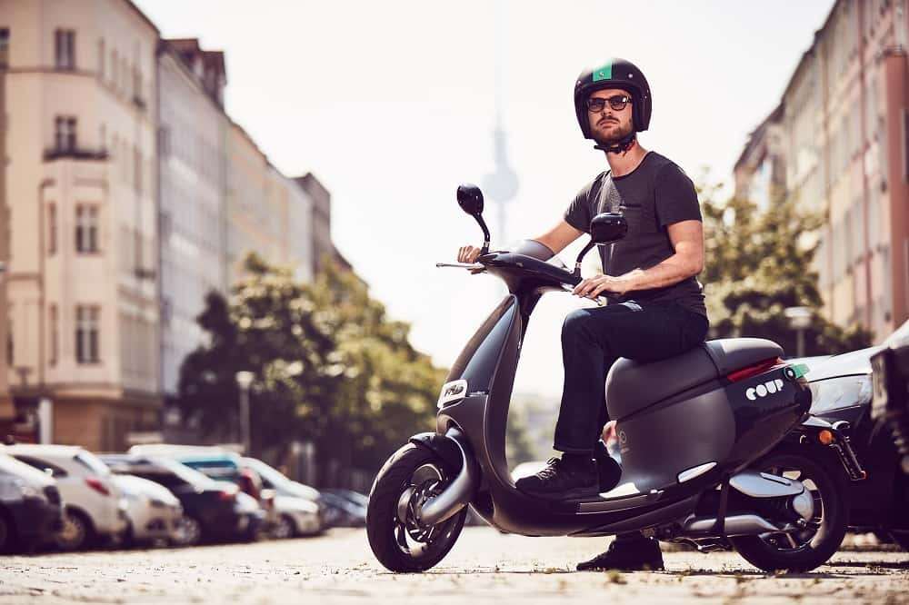 ベルリンで広まる電気スクーターのシェアリング