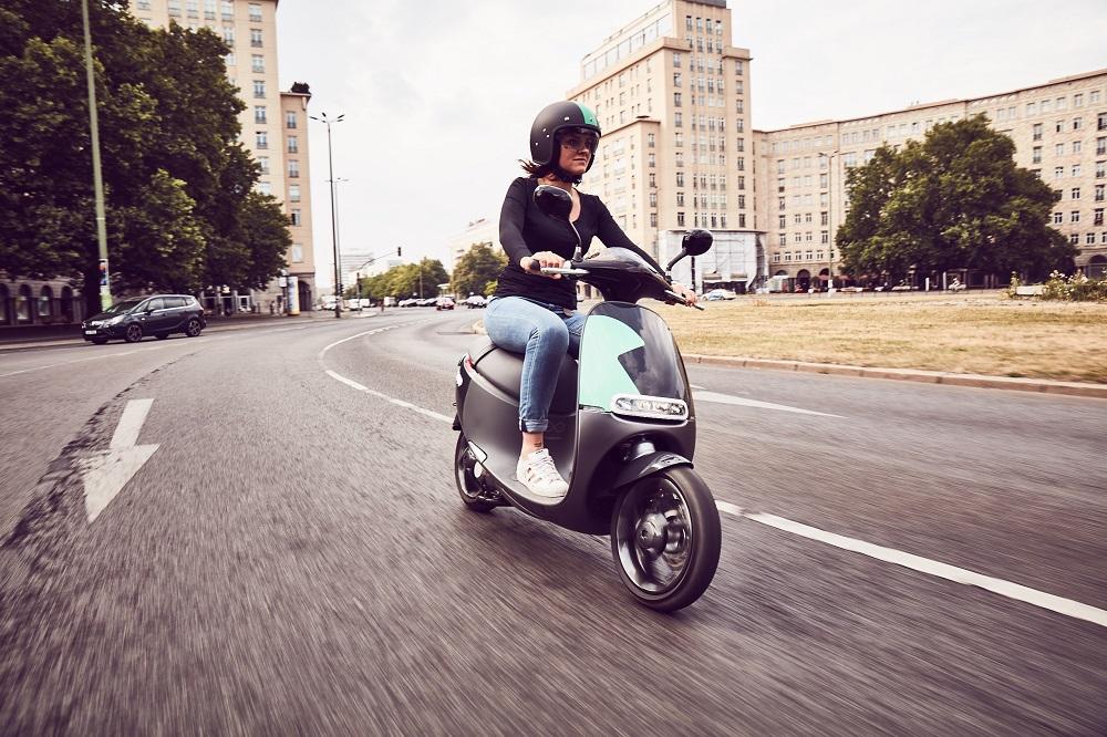ベルリンで広まる電気スクーターシェアリング「COUP」
