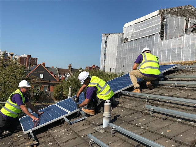イギリスが公営住宅に無料でソーラーパネル設置