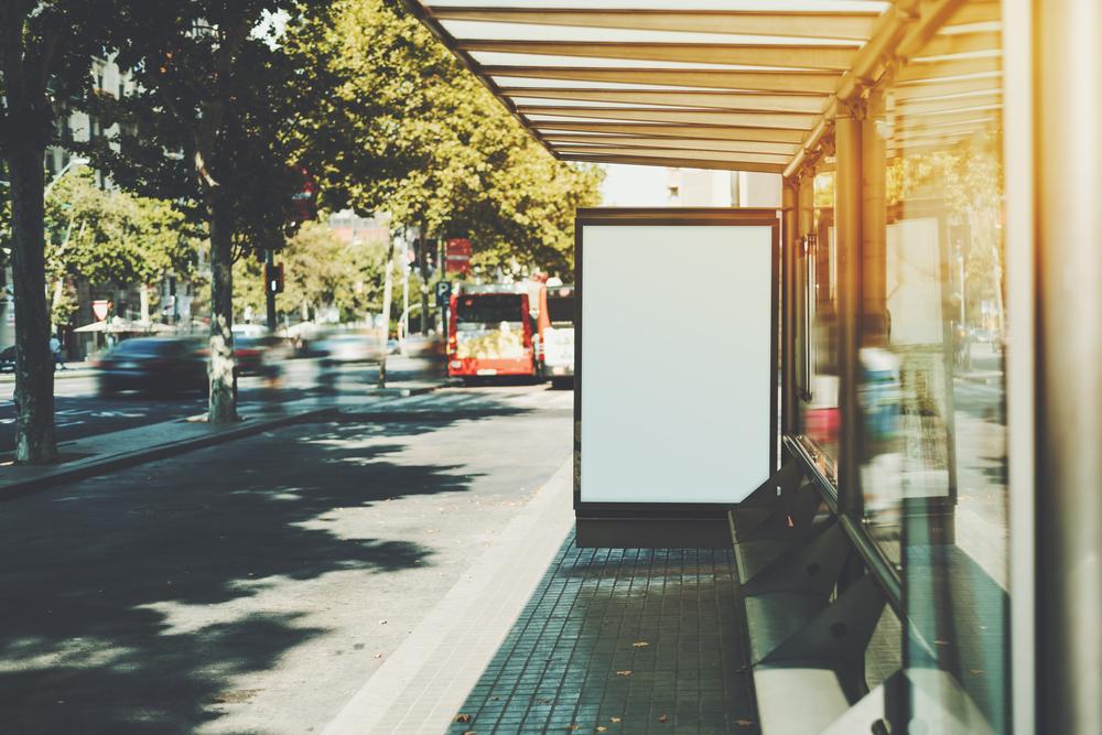 「帰れる」と錯覚。認知症患者の行方不明を防止する偽のバス停