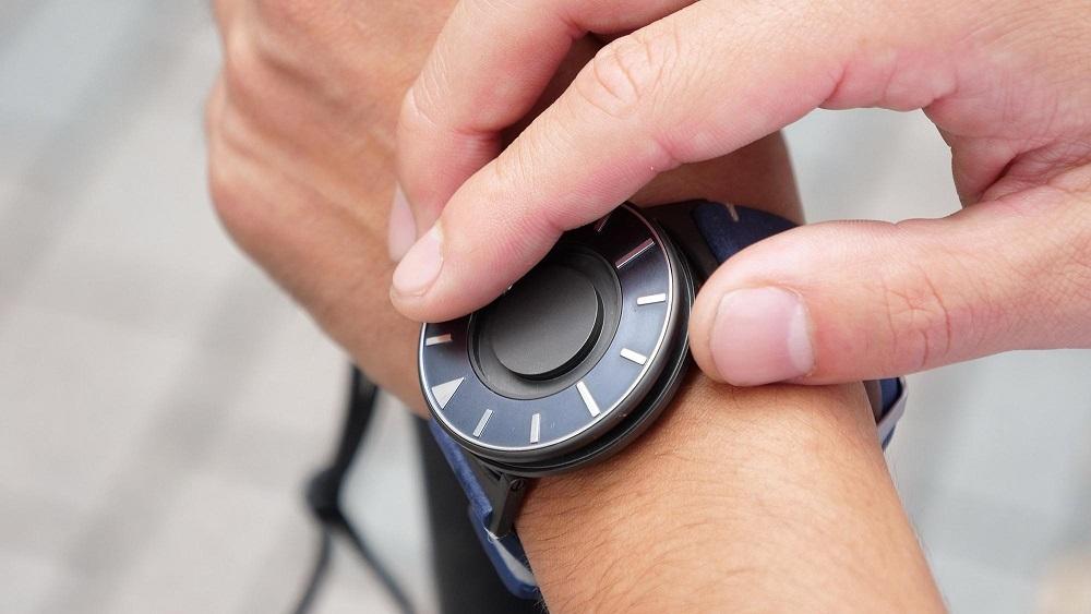 時間に「さわれる」腕時計。健常者と障がい者の垣根をなくすデザイン