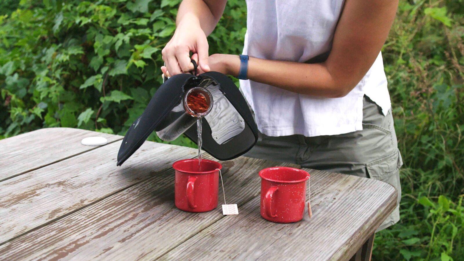 どこでも熱いコーヒーを。太陽光だけで湯を沸かす「GoSun Go」