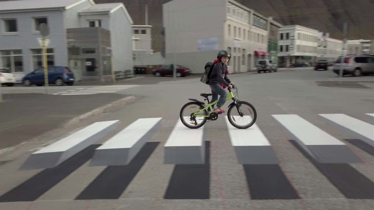 トリックアートで交通事故を防ぐ。立体に見える横断歩道