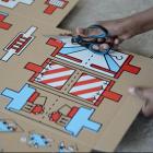 難民の子供たちに喜びを。おもちゃになる救援物資段ボール