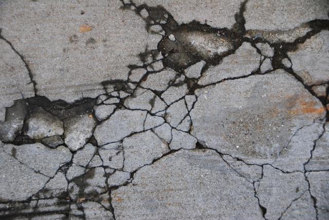 ひび割れを自分で直す、菌を使ったコンクリートの自己治癒プロセス