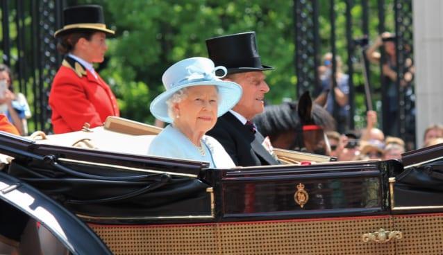 バッキンガム宮殿の前で、エリザベス女王が馬車に乗っている