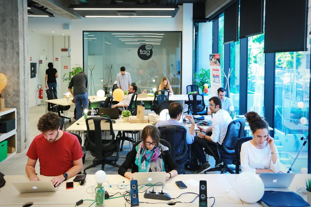 オフィスで机に座って人が働いている