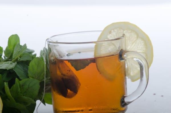 グラスの入っている紅茶とミントとレモン