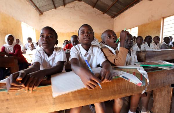 アフリカの学校で席に座っている子どもたち