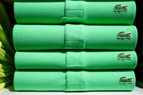 ラコステの緑色のポロシャツが積み重なっている