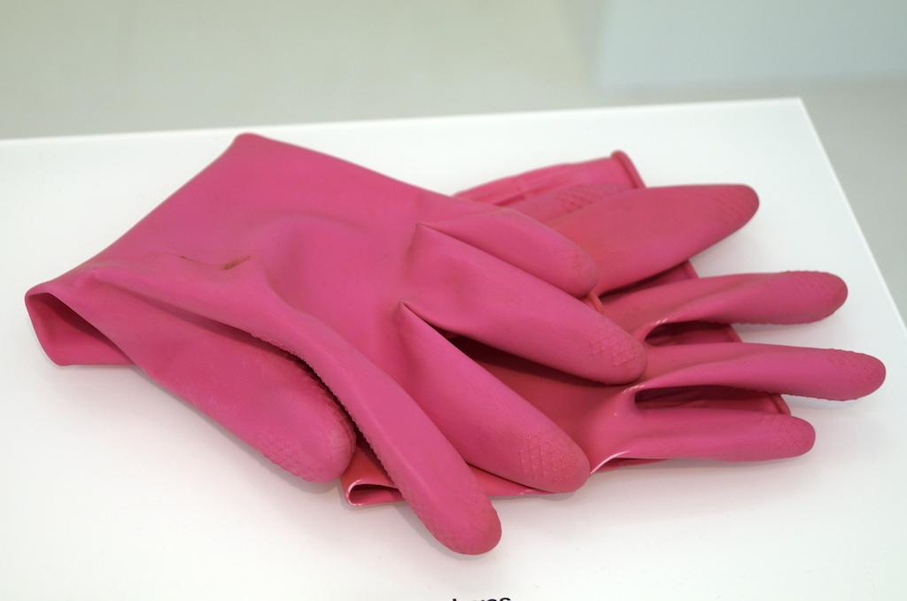 ピンク色のゴム手袋
