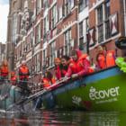 """アムステルダムの運河でプラスチック釣り。ボートツアーで""""価値ある""""素材を集めよう"""