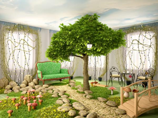 真ん中に木が植えてあるハウス