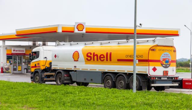 シェルのガソリンスタンドと車