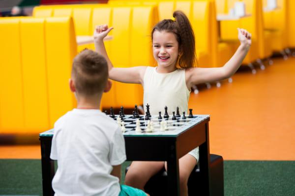 女の子と男の子がチェスで遊んでいる