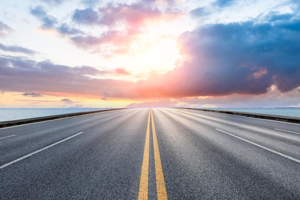 レール上を走る電気自動車にエネルギーを供給するスウェーデンの電化道路
