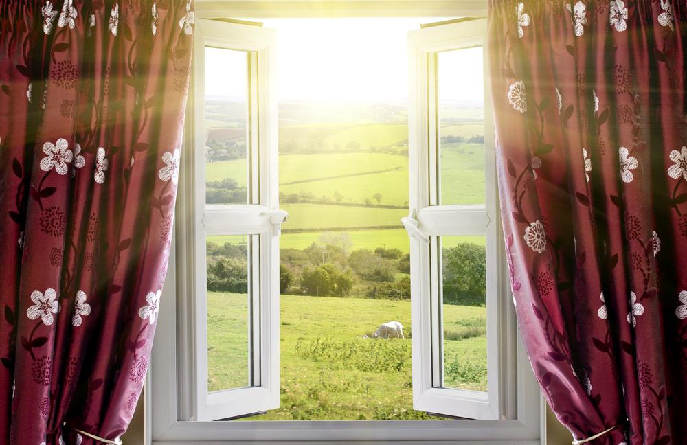 窓で太陽光発電。貼り付けるだけで発電する透明な太陽電池