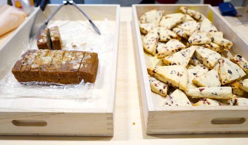 提供されたバナナパウンドケーキとスコーン