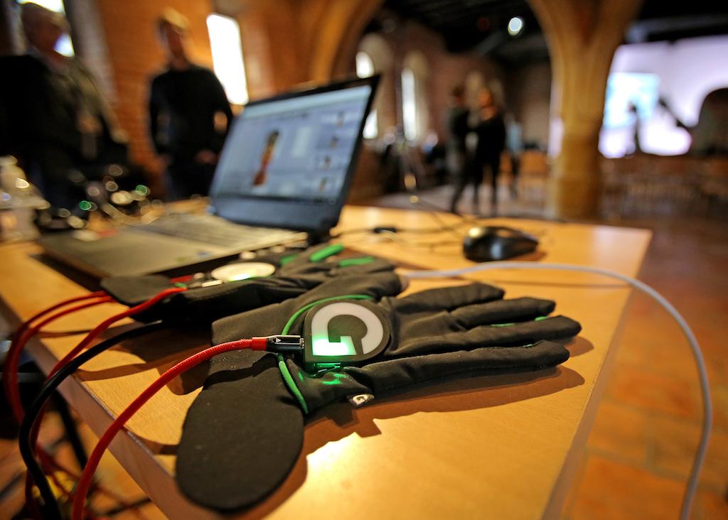芸術作品に触れる用の手袋