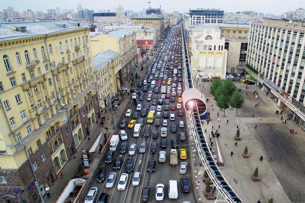 車の道路と自転車専用道が街の真ん中を走っている様子