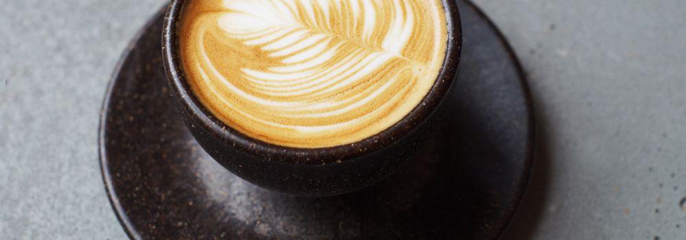 地元飲食店のコーヒーかすをアップサイクル。リサイクル可能なコーヒーカップ