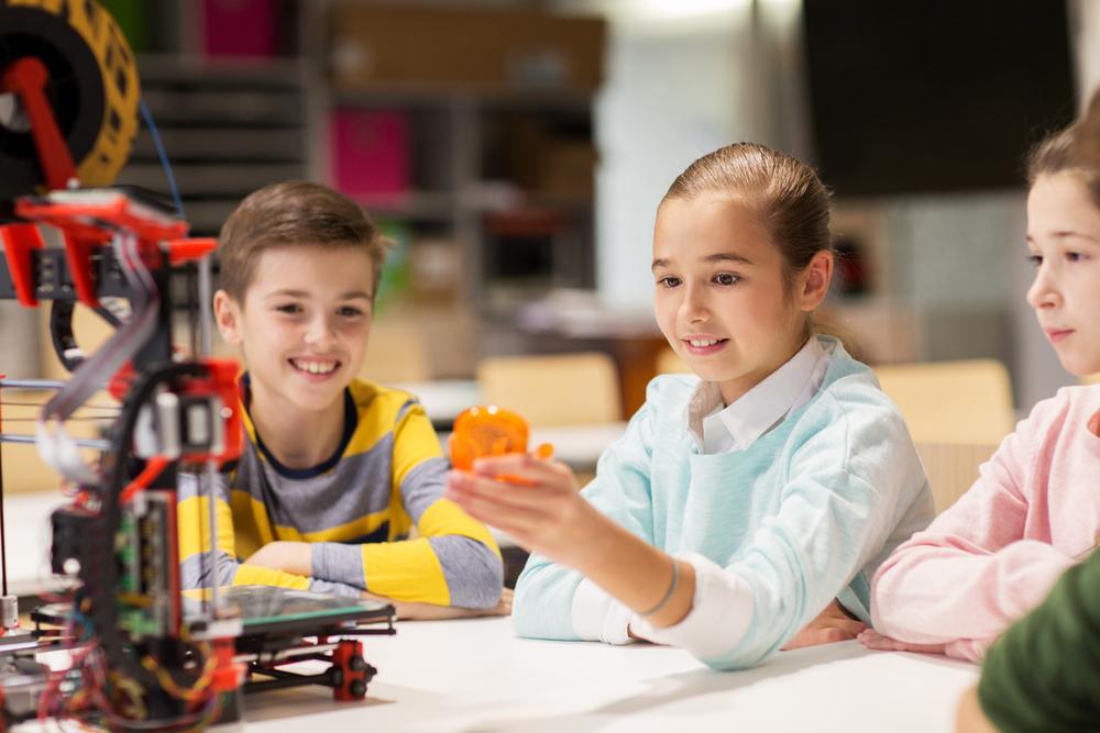 3Dプリンターで工作をする子供達