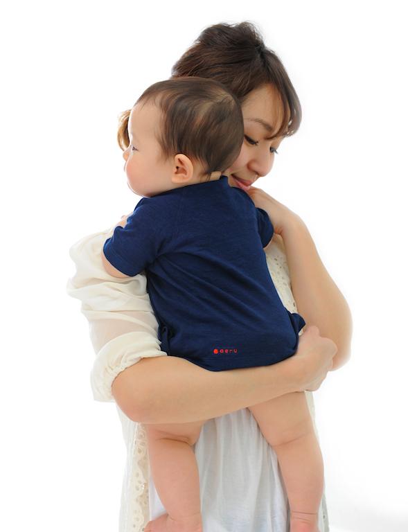 本藍染特有の赤みがかった色の『本藍染の 産着』が赤ちゃんの表情を引き立てる