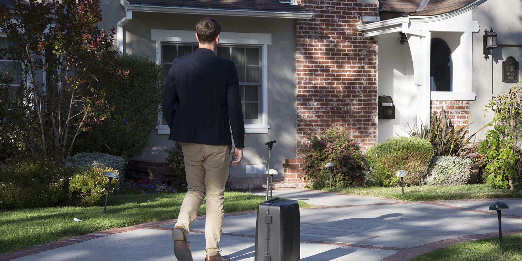 ユーザーに自動でついていく、AI活用のスーツケース「Ovis」