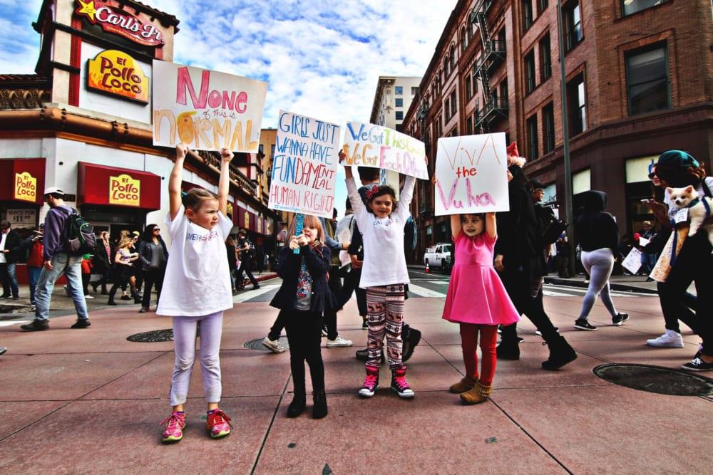 デモをする子供たち
