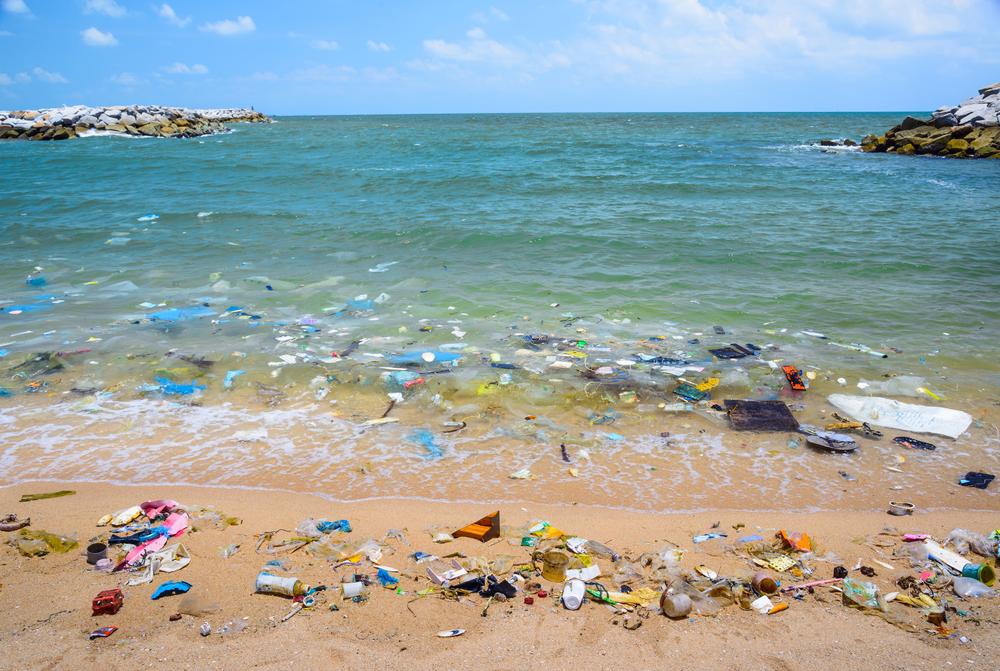 海洋プラスチックごみが散乱