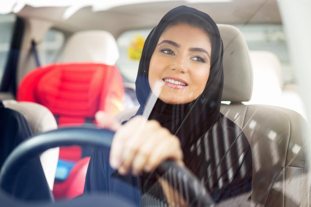 サウジアラビアで運転免許証を発行された女性
