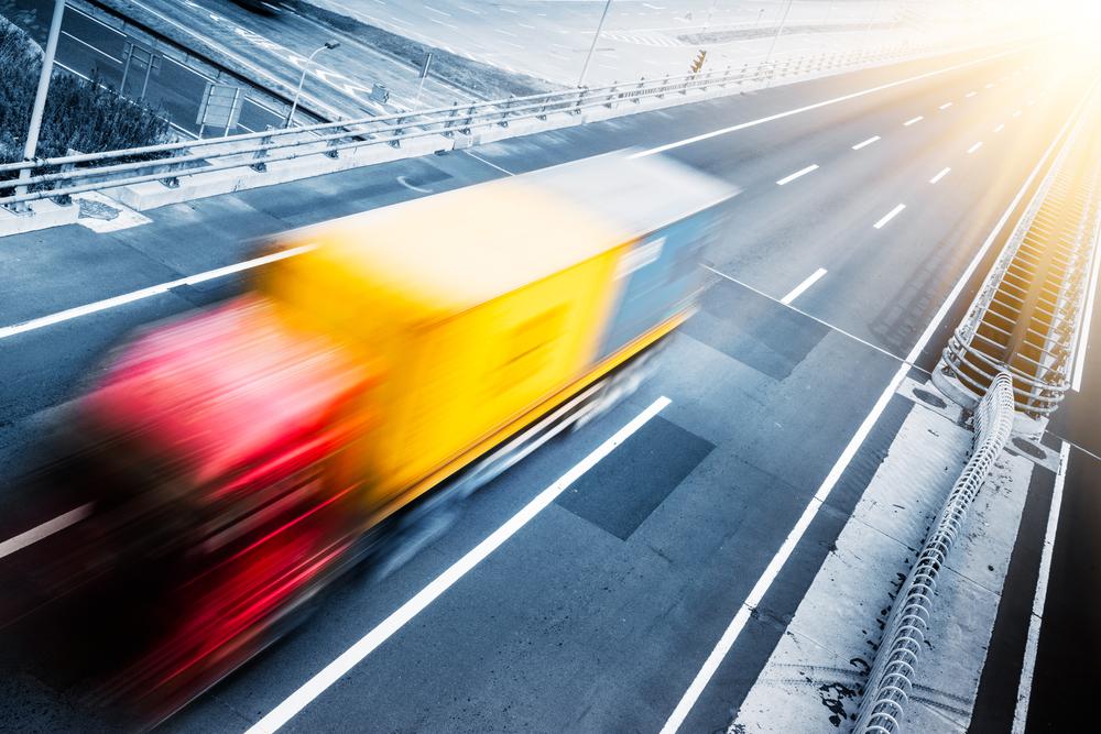 走行車線上部の架線からEVトラックに電気を供給する電化道路