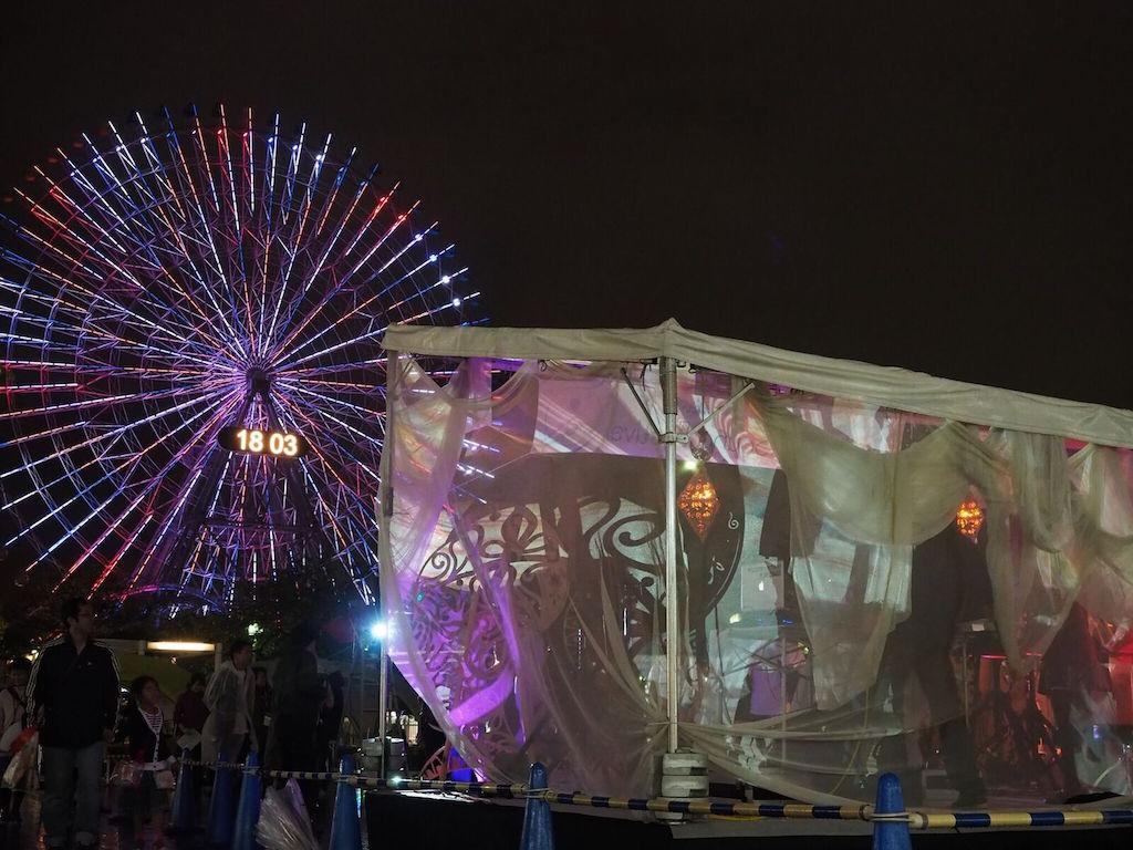 横浜みなとみらいの観覧車とライブ会場