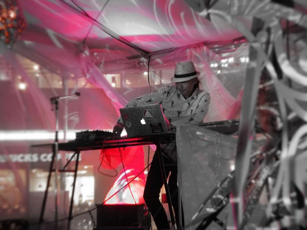DJをするエコビレッジ村長さん