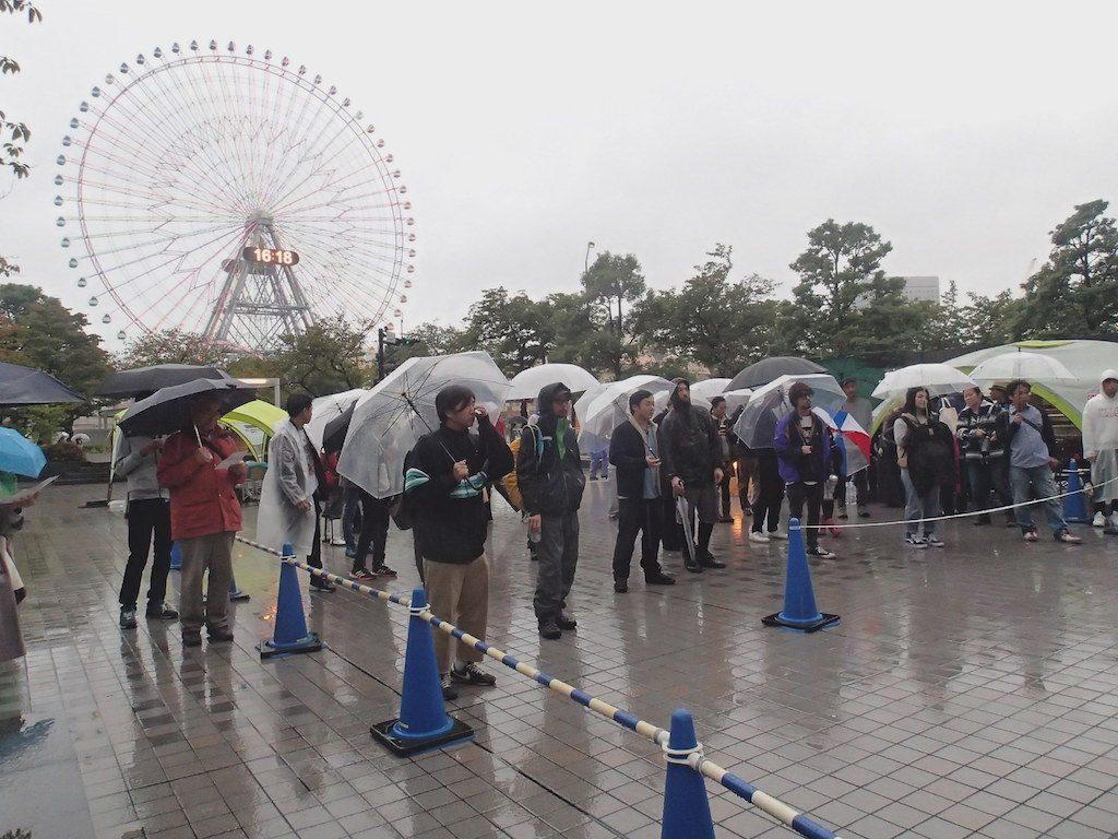 横浜みなとみらいで雨の中ライブを見ている観客