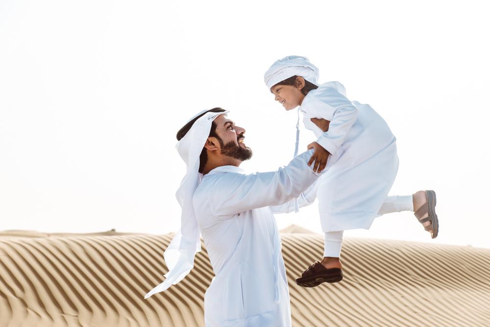 砂漠にいる父と子供