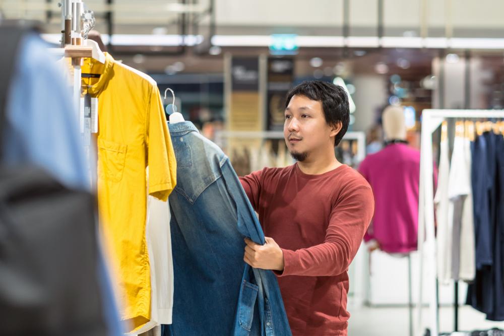 服を選ぶ男性消費者