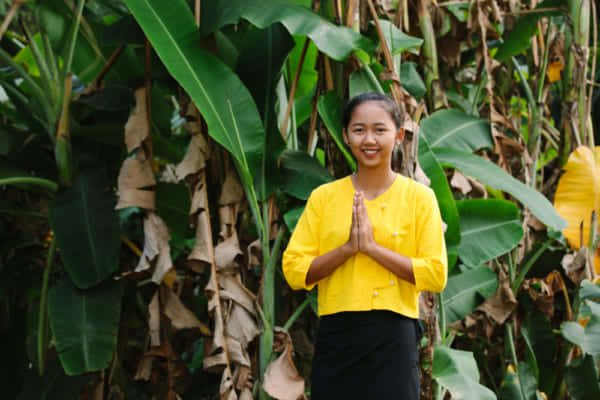 タイの人とバナナの葉